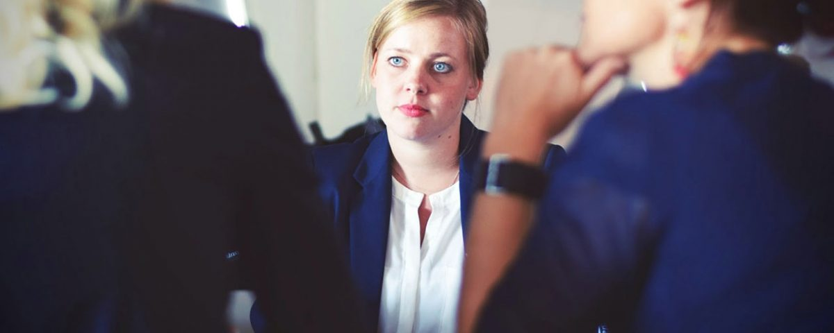 Mujer profesional en entrevista de trabajo